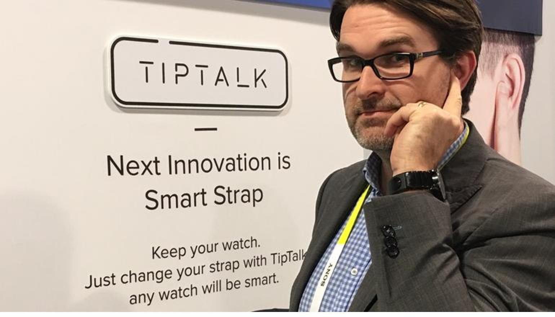 Luisteren naar een telefoontje via een bijzonder slim smartwatchbandje