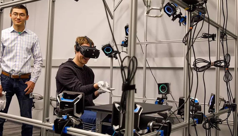 Mark Zuckerberg laat prototype van handschoen voor Oculus Rift zien