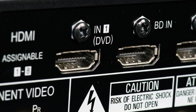 Aansluiten op de geluidsbalk van de receiver